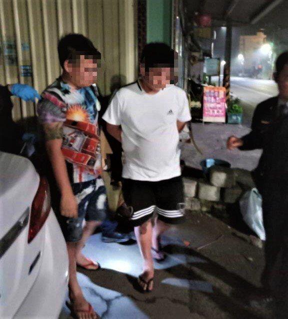 林姓男子(左)遇警方盤查主動承認吸毒並交出小包毒品,反讓警方起疑,稍後在車內起出...