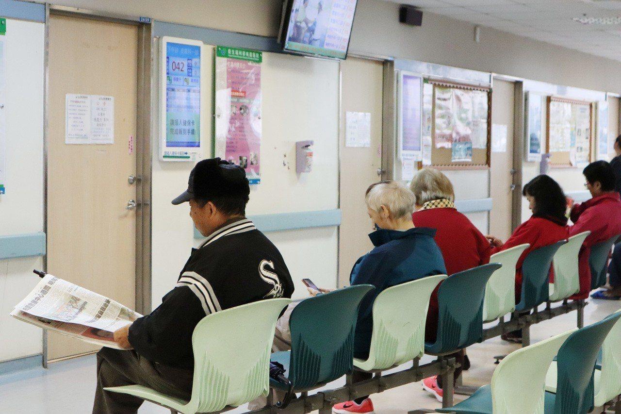 台灣逐漸成為高齡化社會,近年來在醫院門診區中,常見許多長輩早上6、7點獨自前來醫...