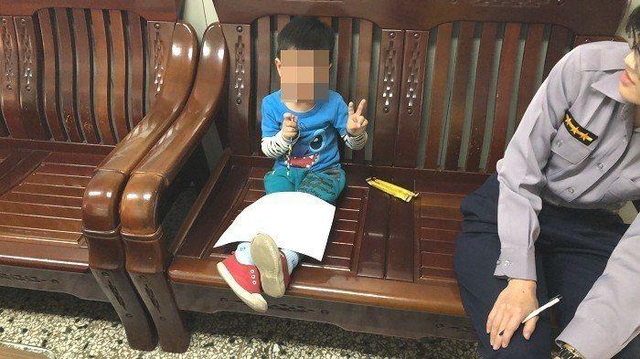 北屯所女警洪暘鑫(右)利用一張紙、一枝筆邀請迷途男童(左)一起畫畫,並理出男童姓...