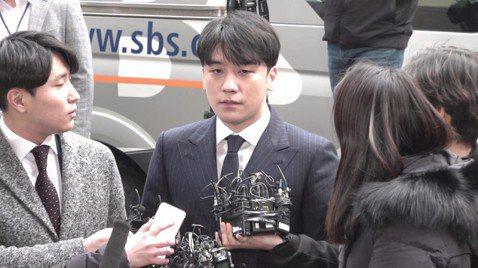 韓團BIGBANG成員勝利涉嫌性招待、旗下夜店暴力事件等醜聞,不但和YG娛樂解約,也中止一切演藝活動,他最快將於下下周一(25日)當兵,如果確定入伍,他將被軍隊法庭判得更重。28歲的勝利入伍前夕爆發...