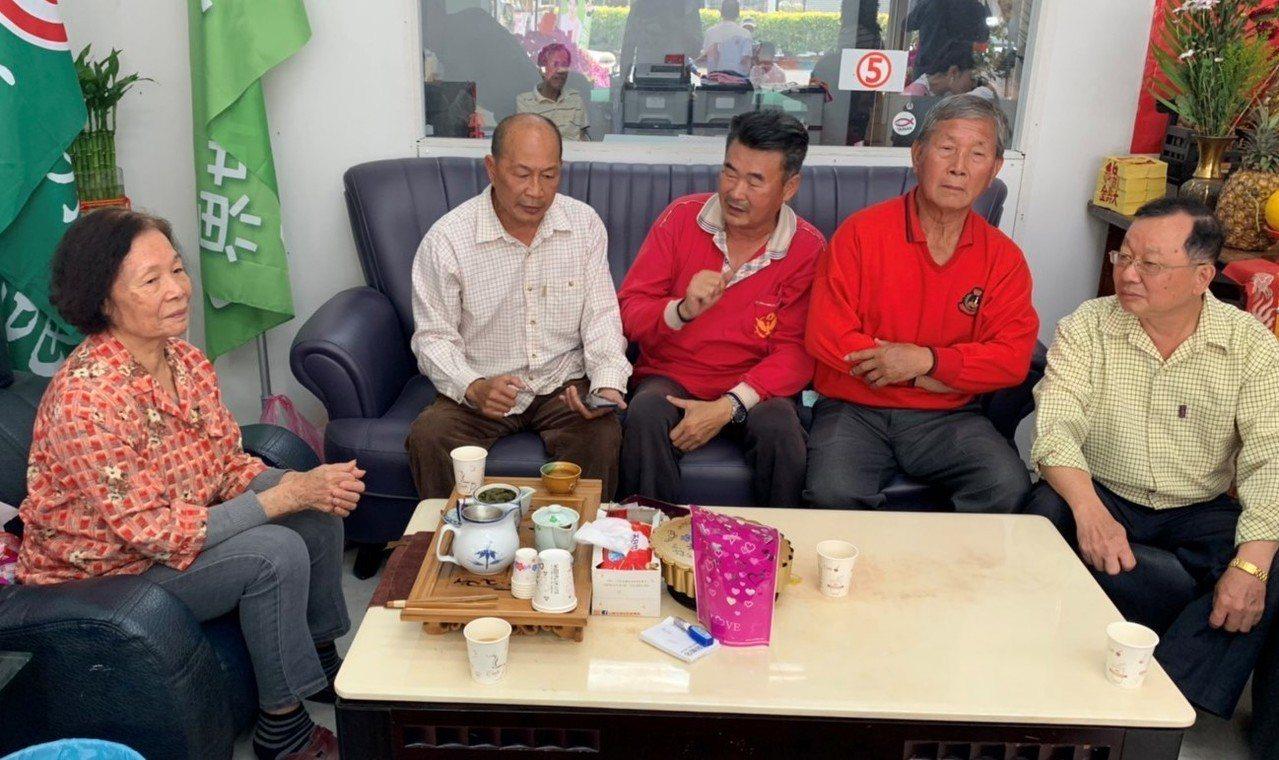 麻豆柚農李紘維(左起)、莊志銘、陳哲雄今天出面訴苦,指連日來被老客戶打電話質疑以...