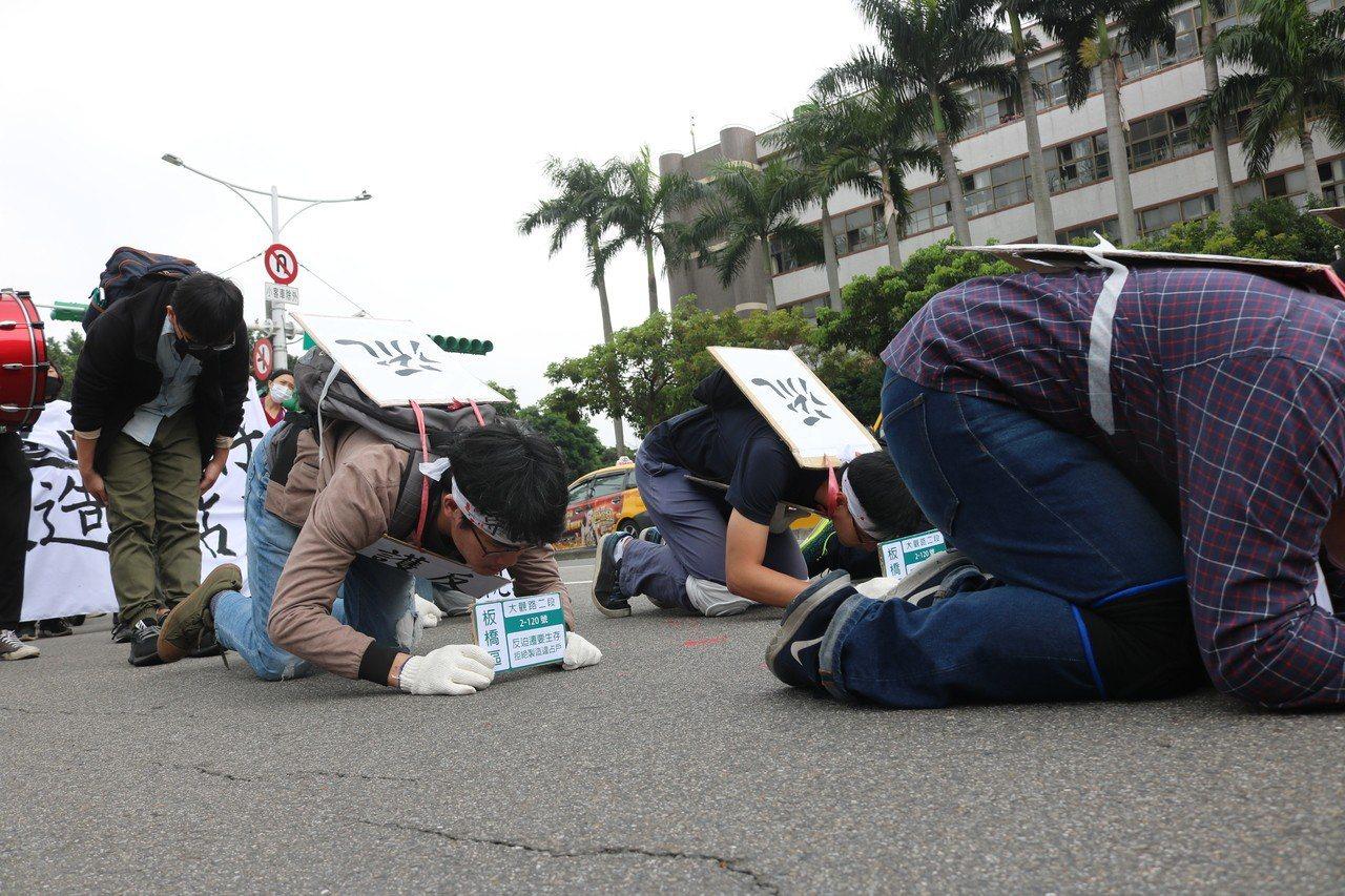 自救會成員從華光社區開始,以每6步下跪1次的方式,一路「苦行」至凱道進行短講。記...