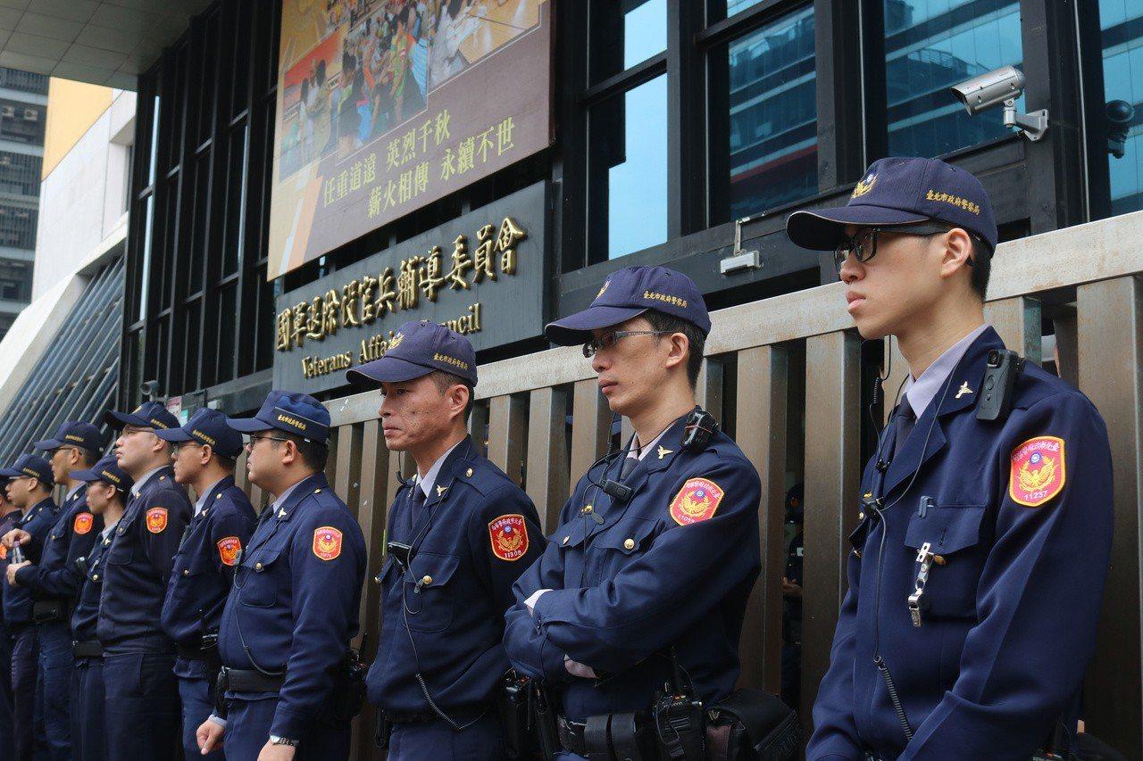 為避免衝突發生,轄區警方今天上午10時派員到退輔會戒備。記者李隆揆/攝影