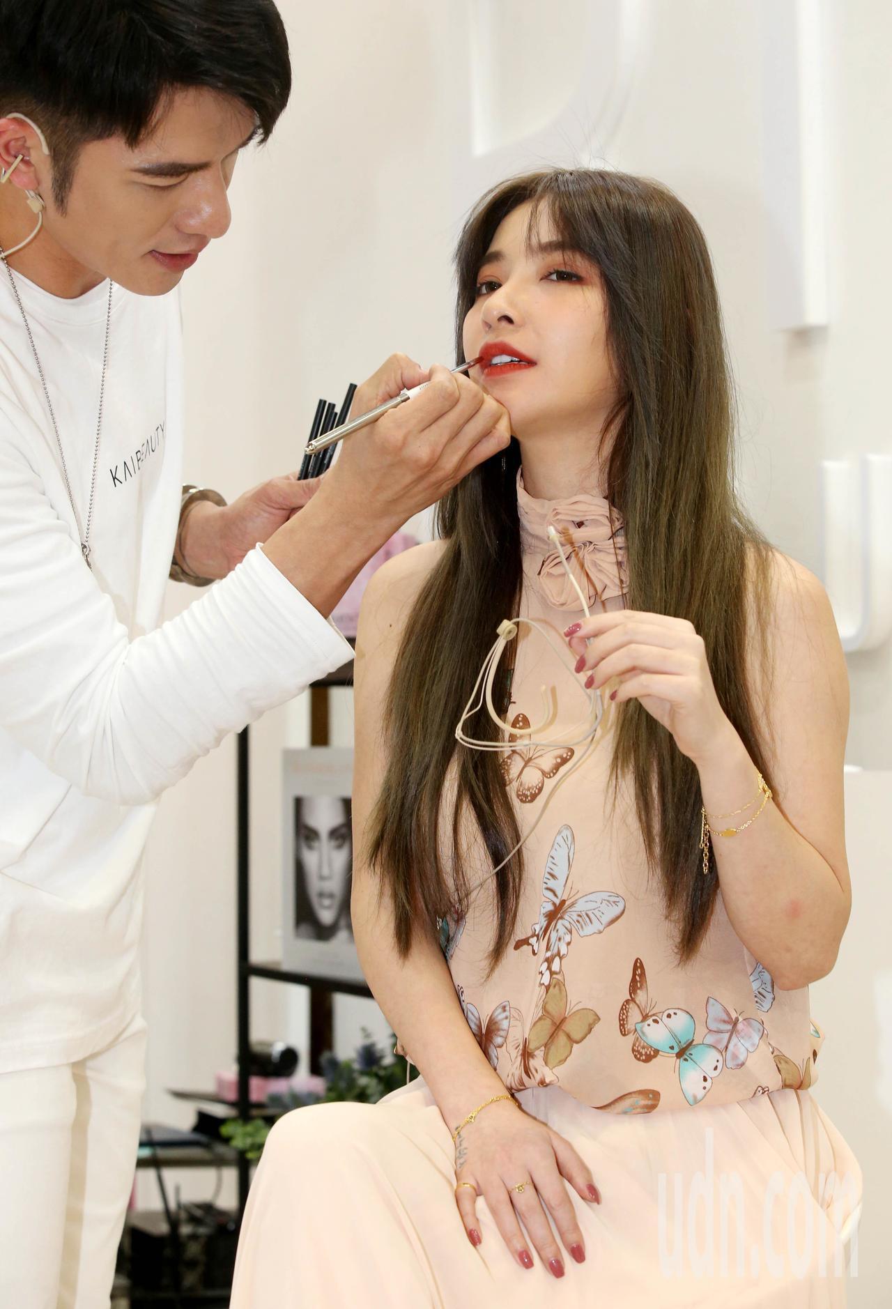 藝人許維恩、小凱老師國際美容化妝品展中,現場彩妝表演。記者林俊良/攝影