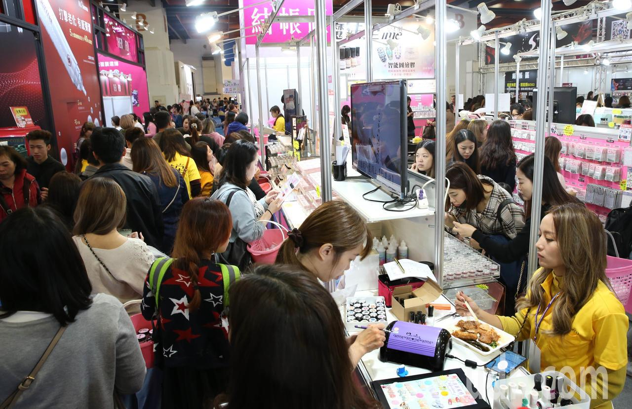 「第29屆國際美容化妝品展-春夏展」,台北世貿一館登場,以「玩美春妝」為主題,展...