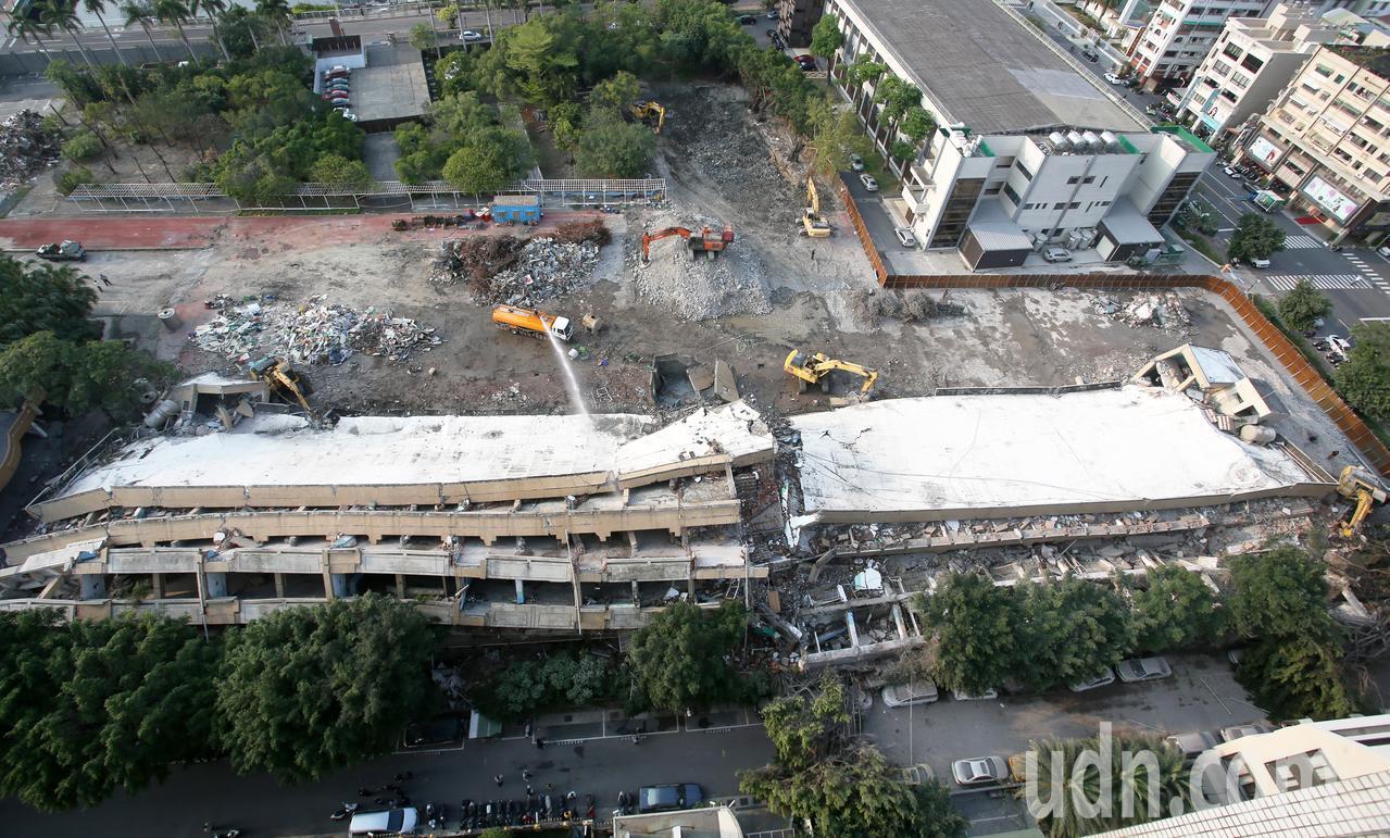 高雄市舊七賢國中今天在進行拆除教室工程時,5層高的教室大樓圍牆突然整片坍塌,停在...