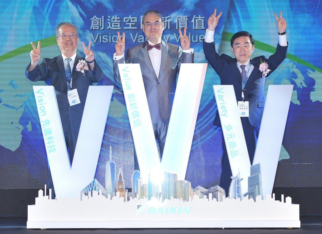 (左起)和泰大金總經理王玄郎、和泰大金董事長蘇一仲、日本大金工業株式會社本部長峯...