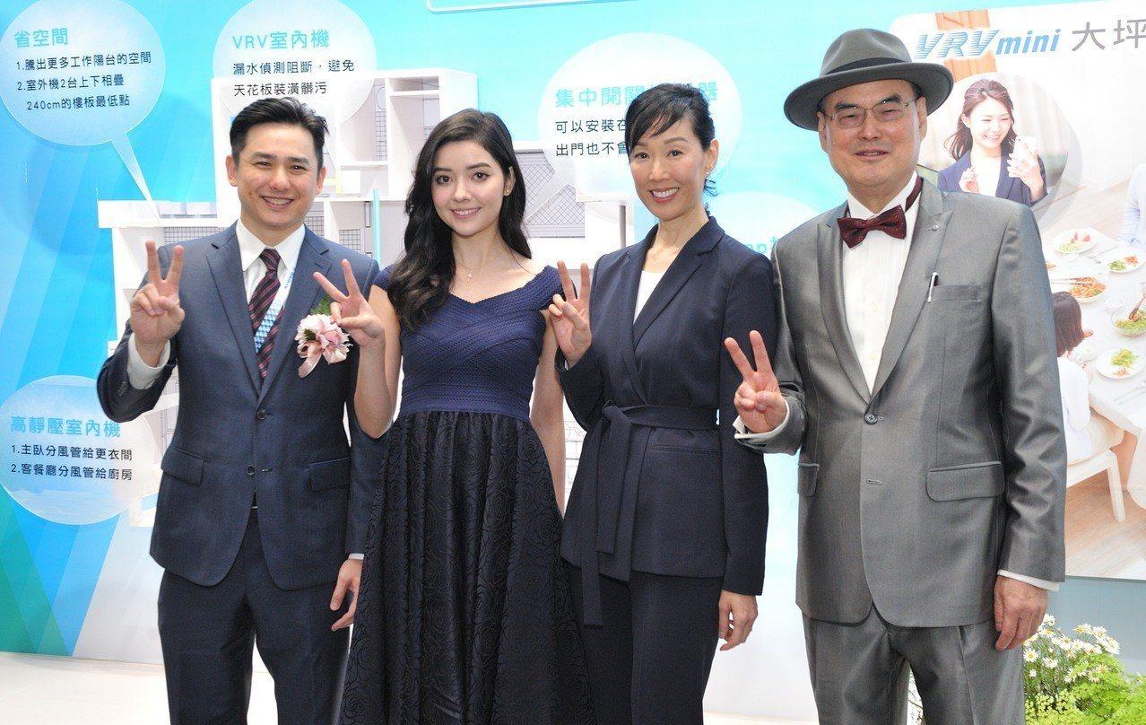 和泰大金董事長蘇一仲(圖右)帶領蘇氏家族代言大金舒適空調。圖/和泰大金提供