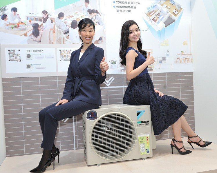 大金全新一對二家用空調室外機體積小、重量輕,空間運用更靈活。(左起)大金VRV商...