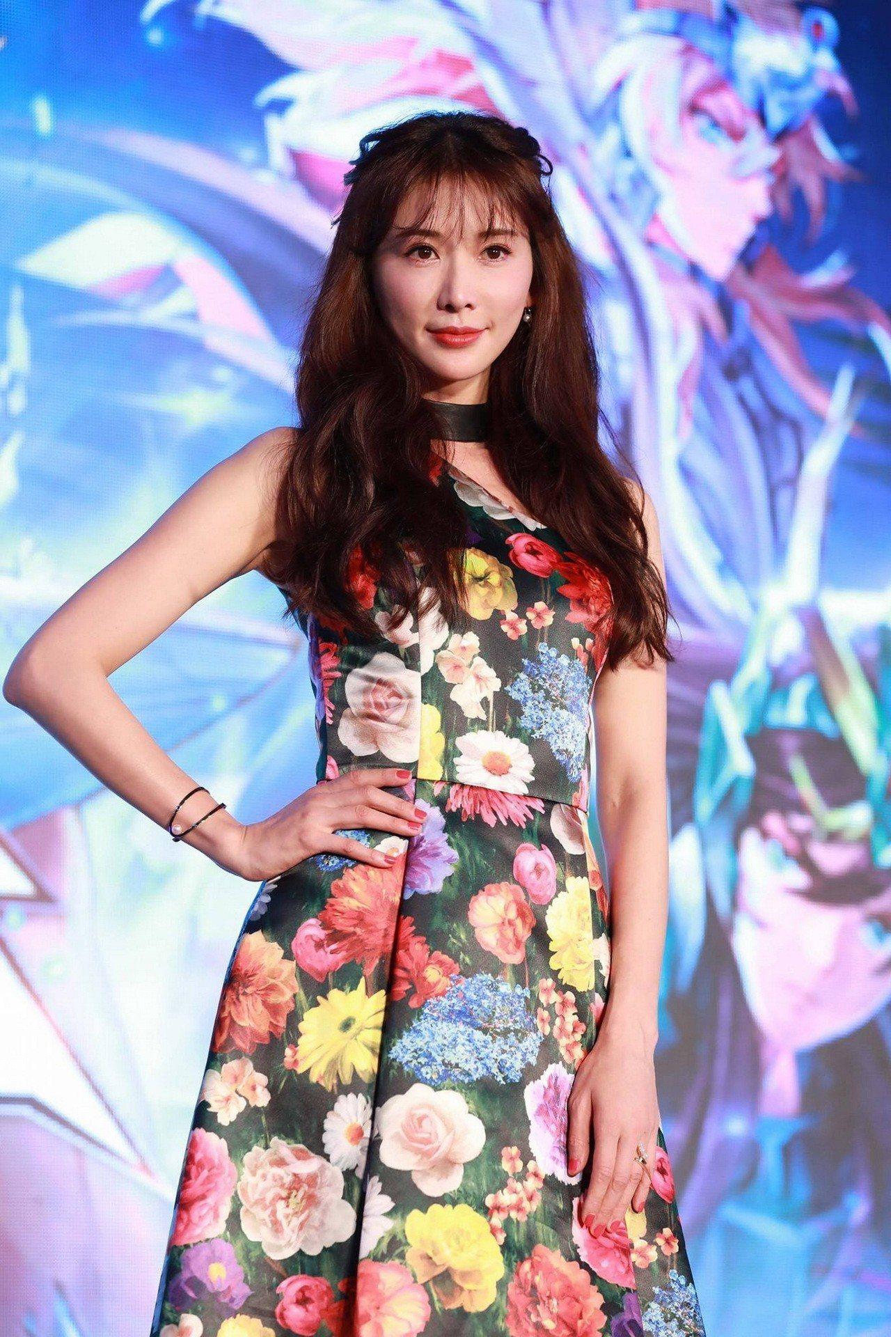 林志玲穿著Alice+Olivia花園印花洋裝,33,900元。圖/Alice+...