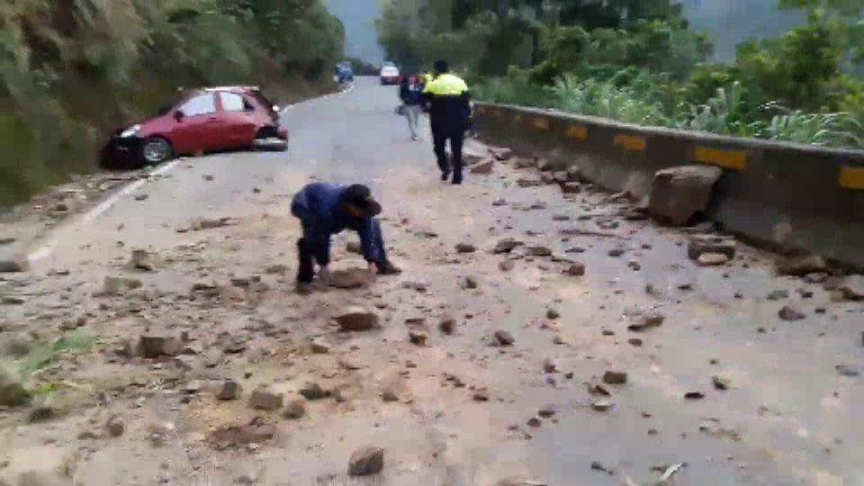 一輛轎車今天下午5點在苗62線泰安鄉錦卦大橋附近,遭到墜落亂石擊中,大小石頭散落...