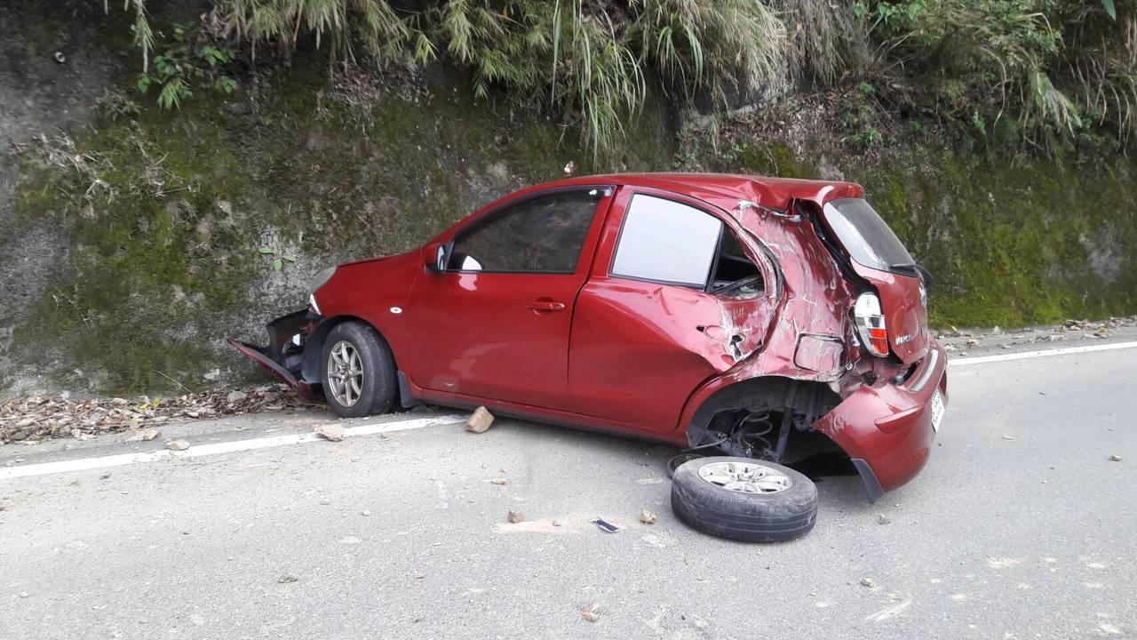 一輛轎車今天下午5點在苗62線泰安鄉錦卦大橋附近,遭到墜落亂石擊中,車子左後輪胎...