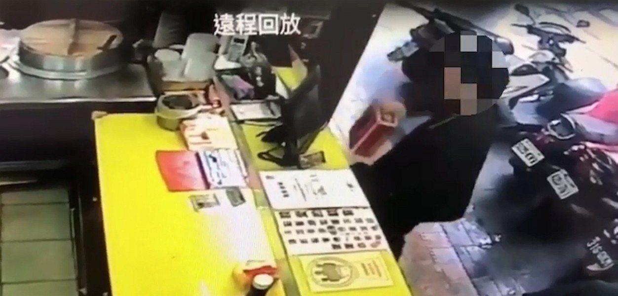 新北市區一間臭豆腐店昨天放在櫃台愛心捐款箱本月9日遭人偷走,警方前天逮到涉嫌行竊...
