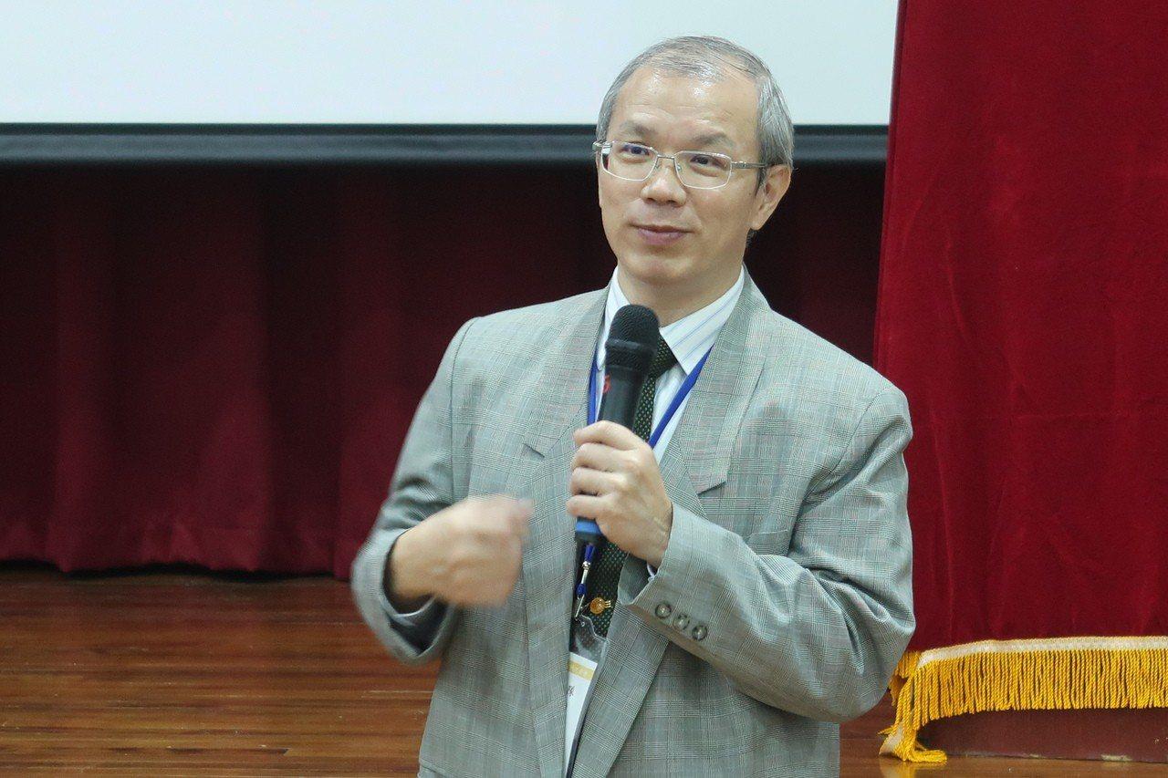 中山大學資工系教授黃英哲表示,希望藉科普影片啟發青少年及社會對於資訊科技的興趣,...