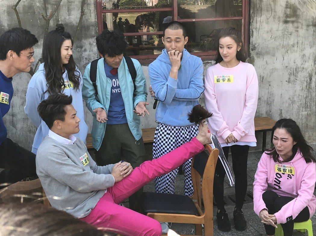 王建復用腳底和其他演員演戲。圖/民視提供