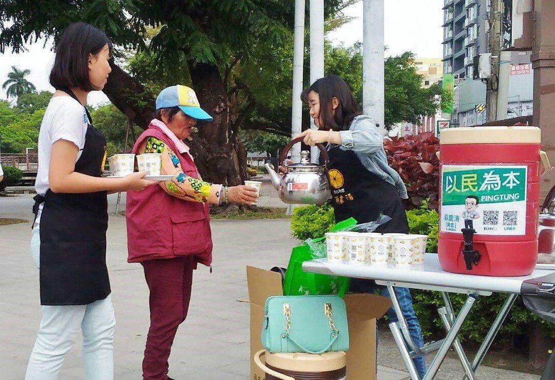 立委蘇震清今派出青年軍在街頭免費奉上「蜂蜜檸檬水」,一來爭取曝光度,二來協助產業...