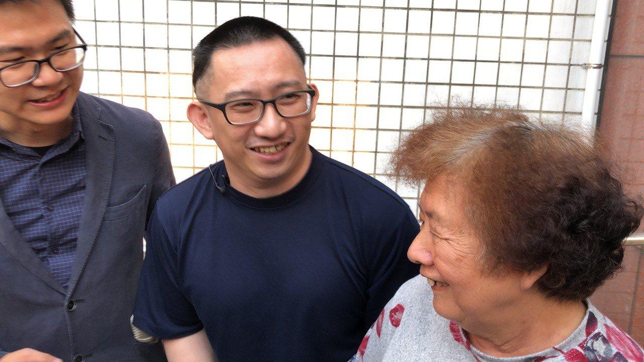 10多年後,謝志宏傍晚重獲自由,開心與母親牽手,和冤平夥伴一起高呼「謝志宏無罪」...