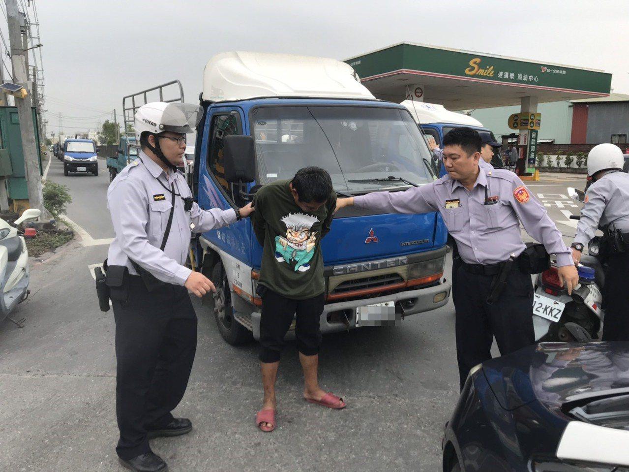 周姓男子偷車又酒駕,遭警方掏槍逮捕。記者徐白櫻/翻攝