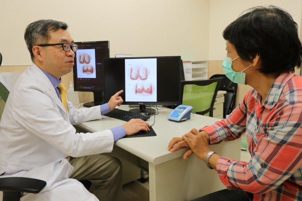 亞洲大學附屬醫院整形外科醫師鄭旭棠(左)說,胸部豐滿對多數人是性感的象徵,但對於...