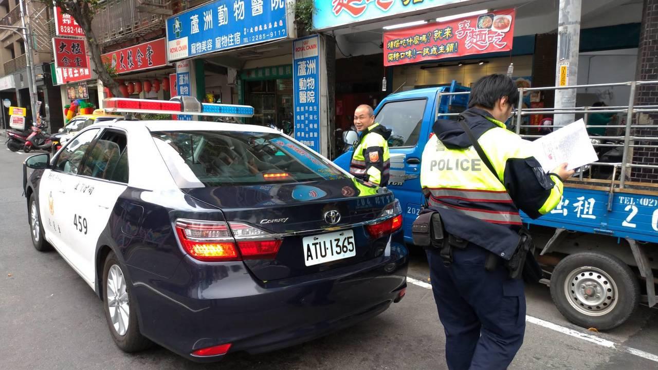 員警到場將布條拆除,並將車上2人帶回調查。記者林昭彰/攝影