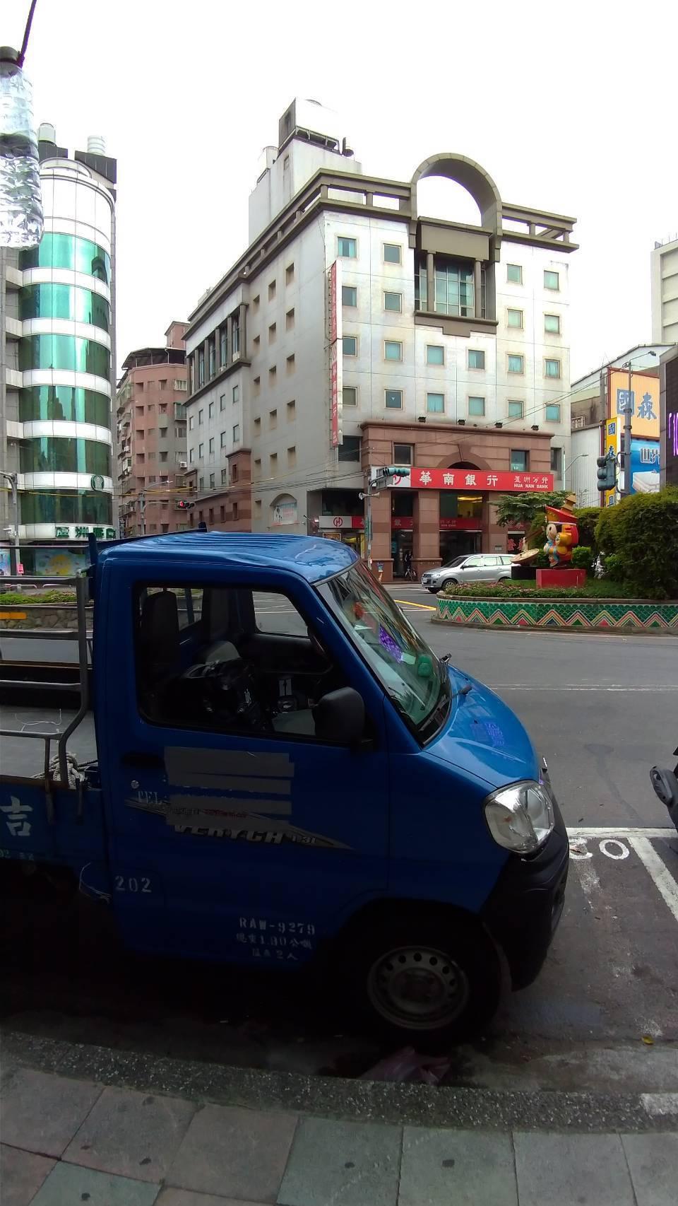 宣傳車停在證券公司對面路旁停車格。記者林昭彰/攝影