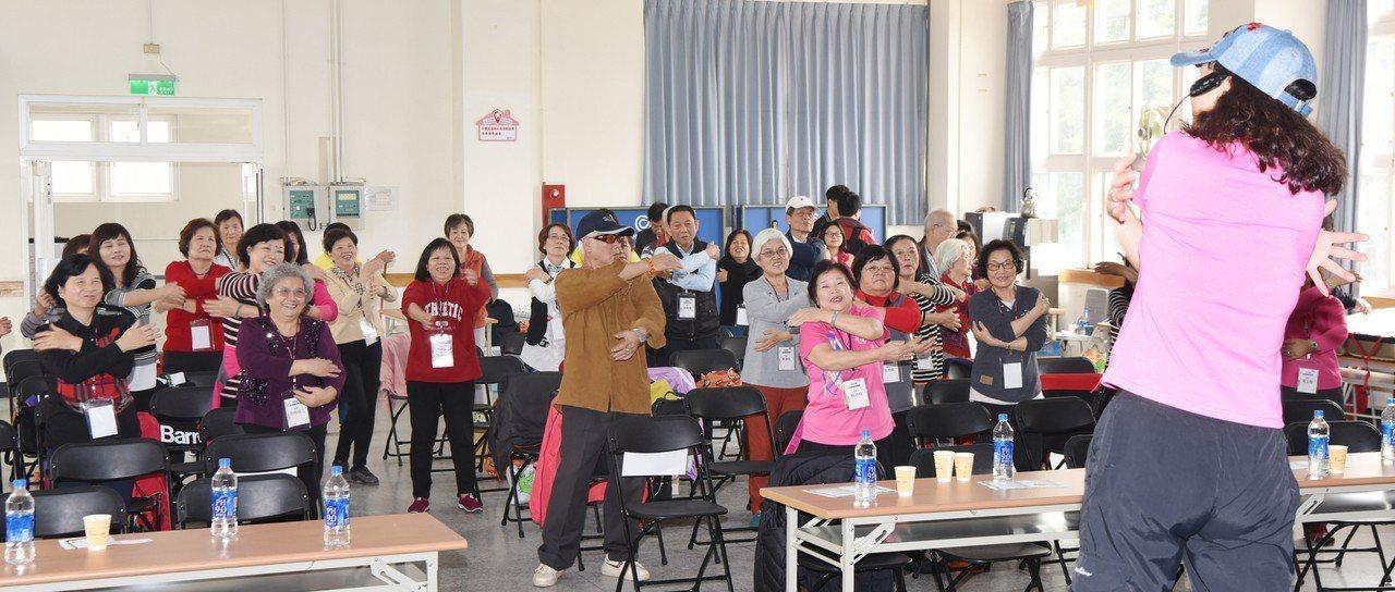 日月光半導體「吉祥樂學」專案計畫在中壢廠的開學典禮,帶動長者唱唱跳跳活動筋骨。照...