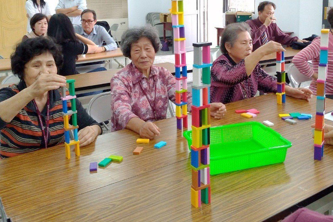 樂學班的長者盛裝打扮,開心地上學,其中心靈滋養課程的桌遊健心,提供實質有感的幫助...