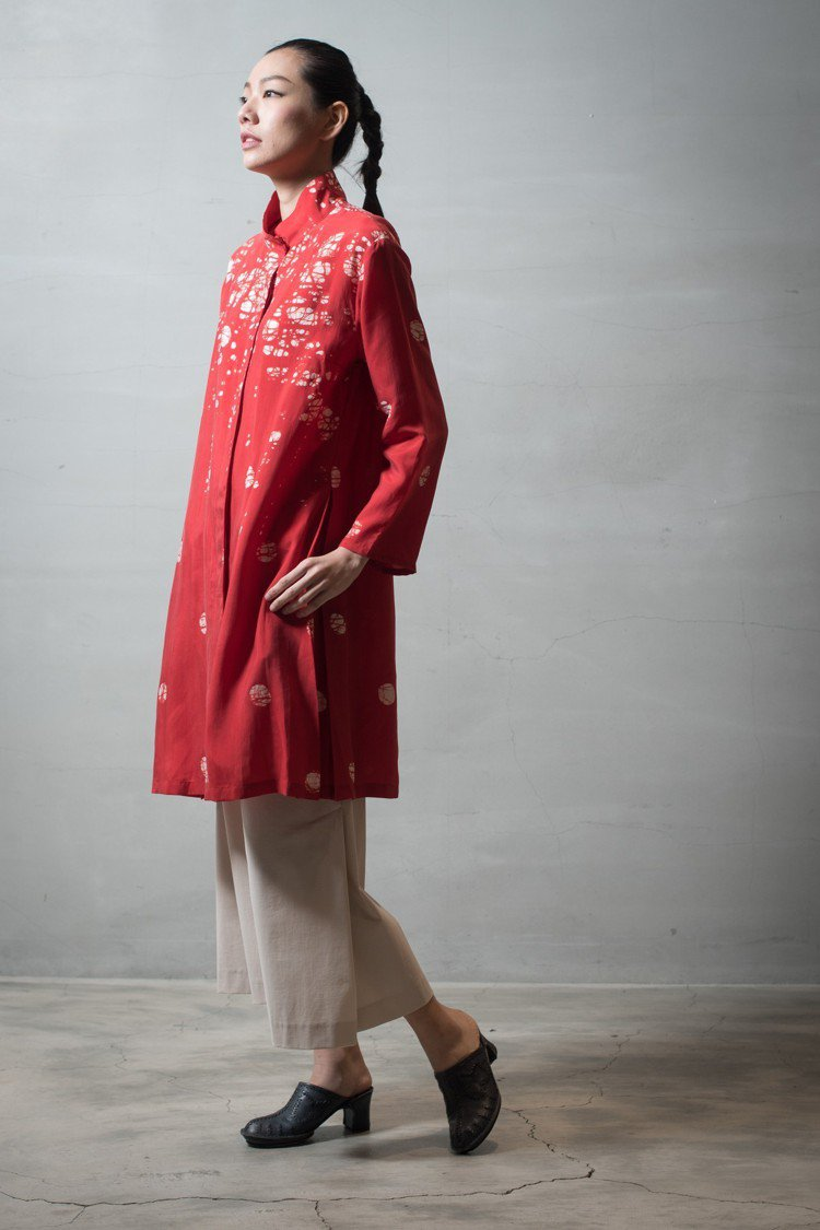 空氣蠟染高領外套61,300元、結構延展寬管長褲16,300元。圖/HaaT提供