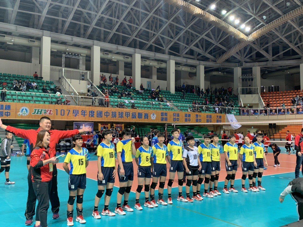 北港建國國中女排球隊苦盡甘來,終於拿下台灣最高榮譽的全國排球聯賽冠軍,勝利一刻全...