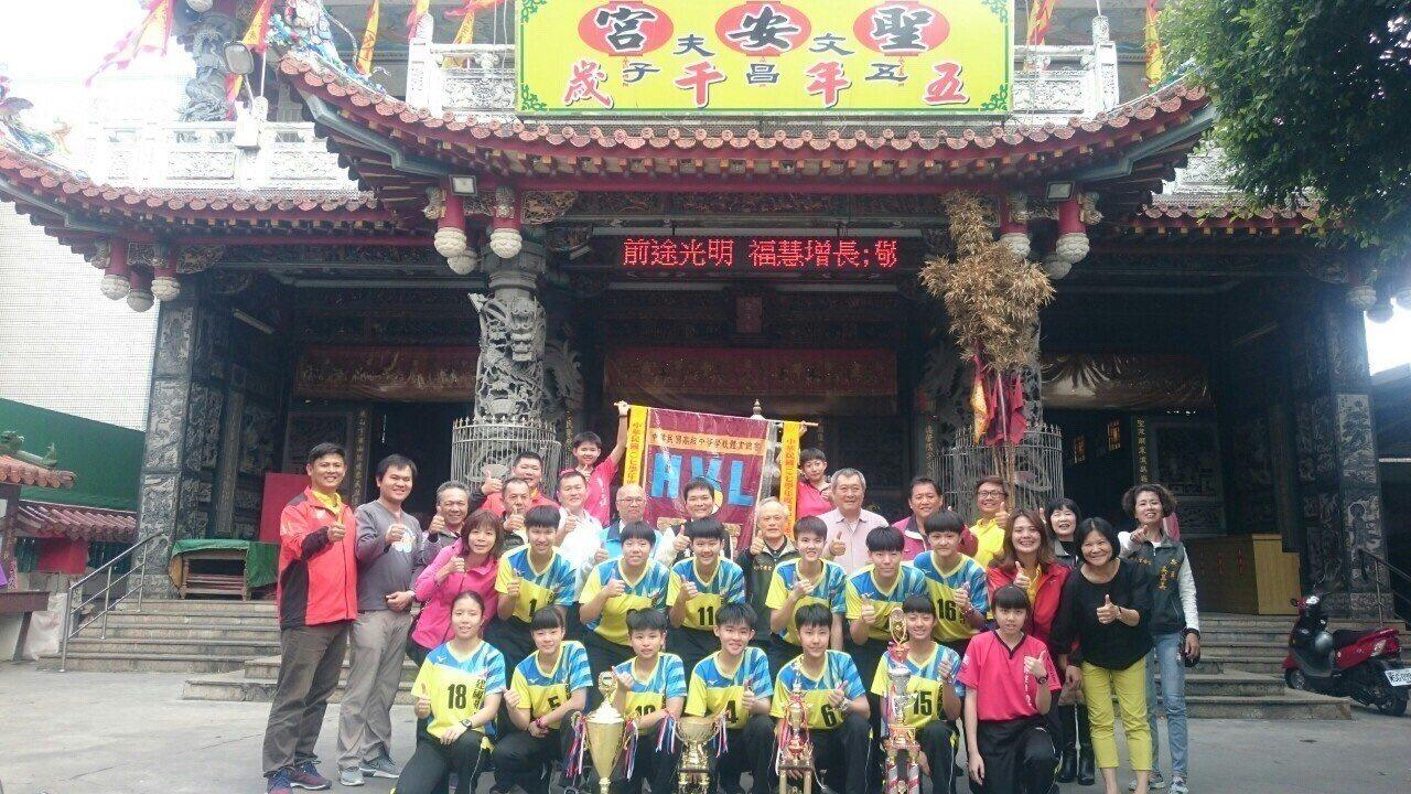 北港金牌球隊建國女排到熱心贊助的聖安宮謝神恩。記者蔡維斌/攝影