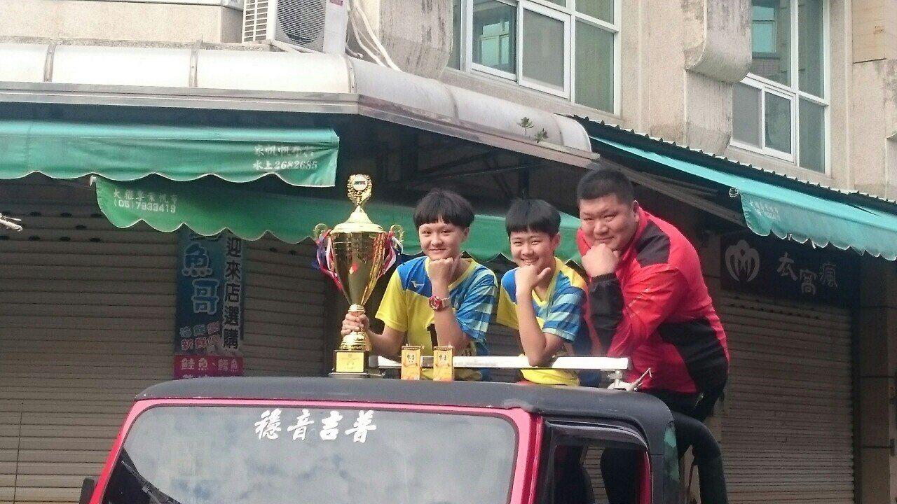 北港建國國中女排球隊苦盡甘來,終於拿下台灣最高榮譽的全國排球聯賽冠軍,這支金牌球...