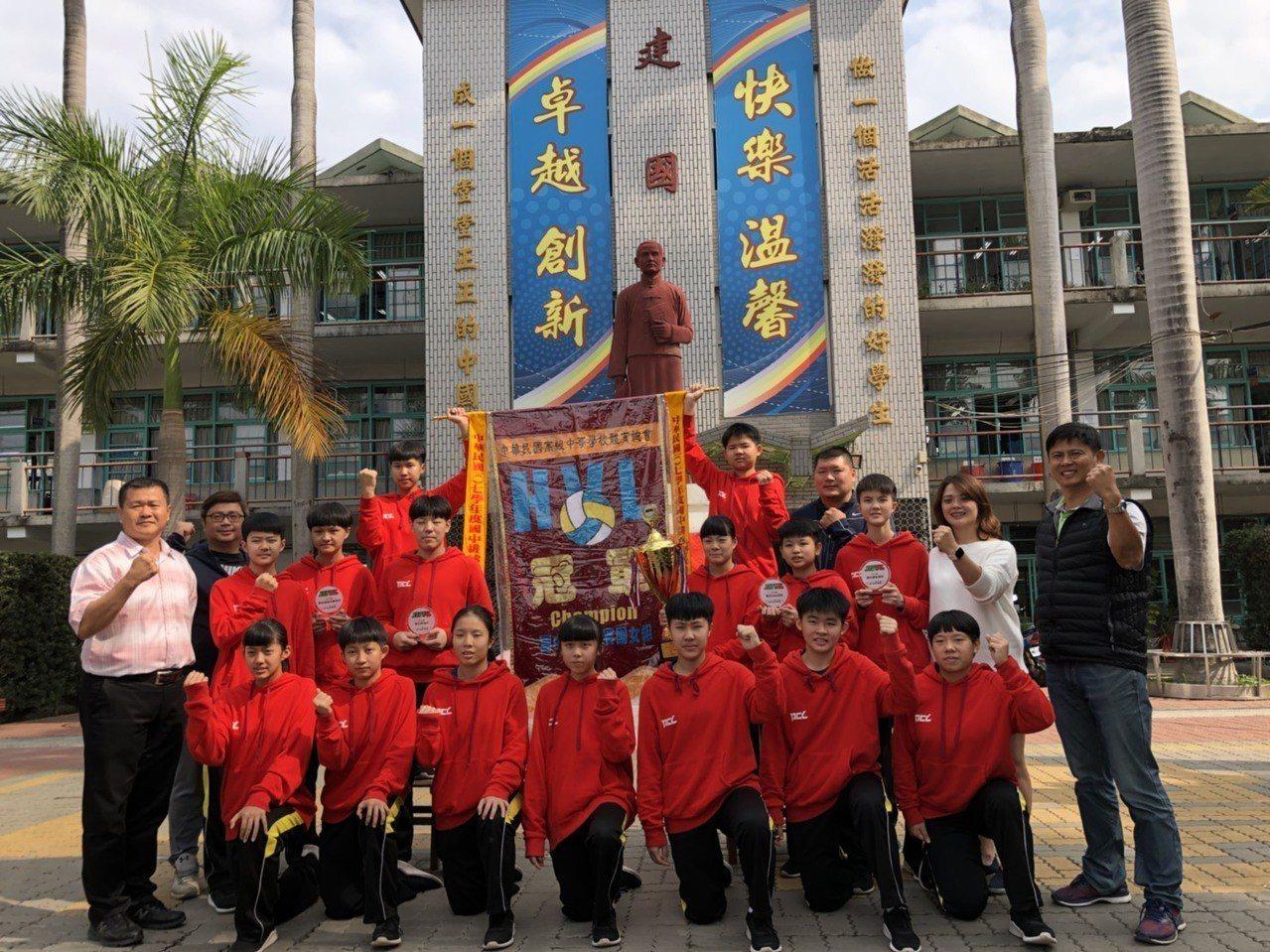 北港建國國中女排球隊苦盡甘來,終於拿下台灣最高榮譽的全國排球聯賽冠軍。記者蔡維斌...