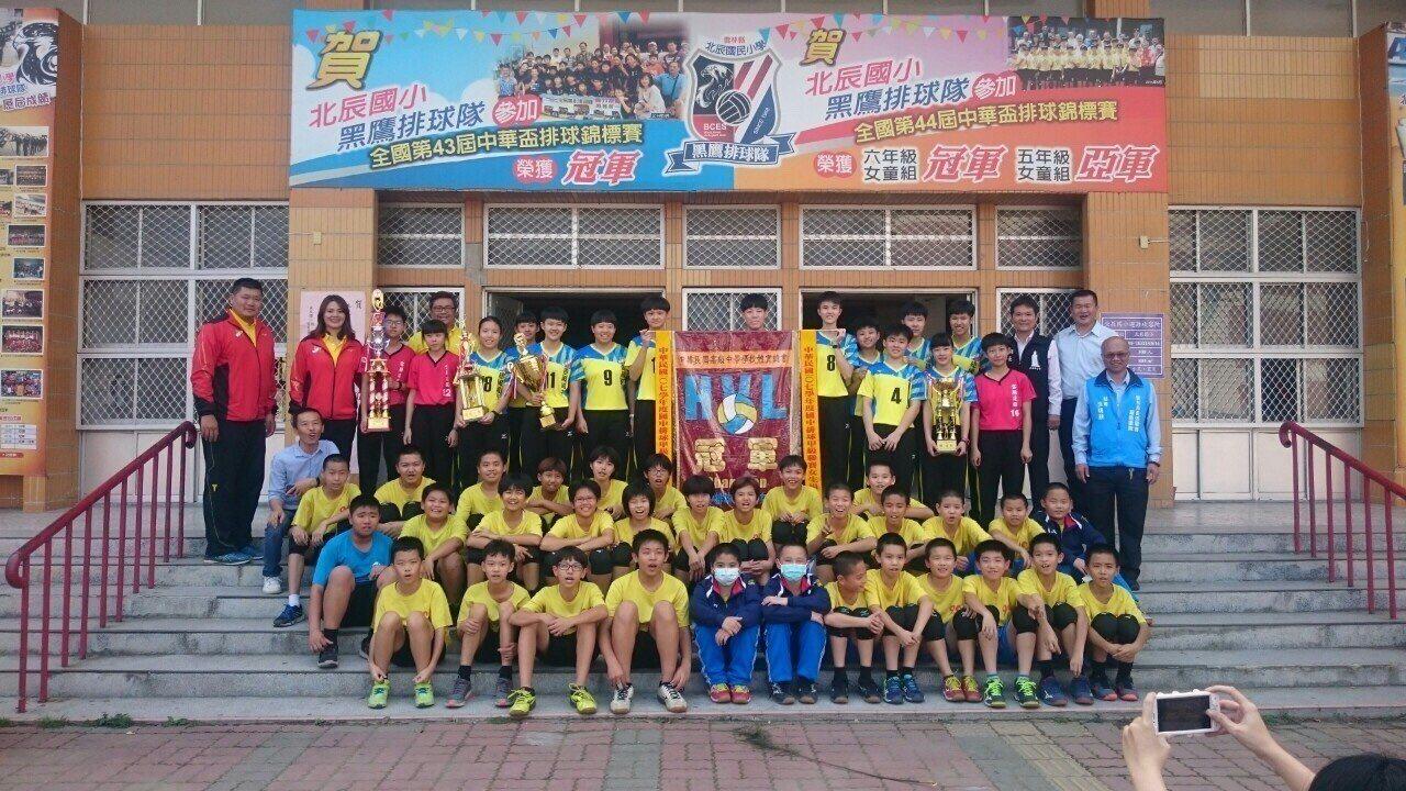 北港金牌球隊建國女排回到母校北辰國小合影留念分享勝利。記者蔡維斌/攝影