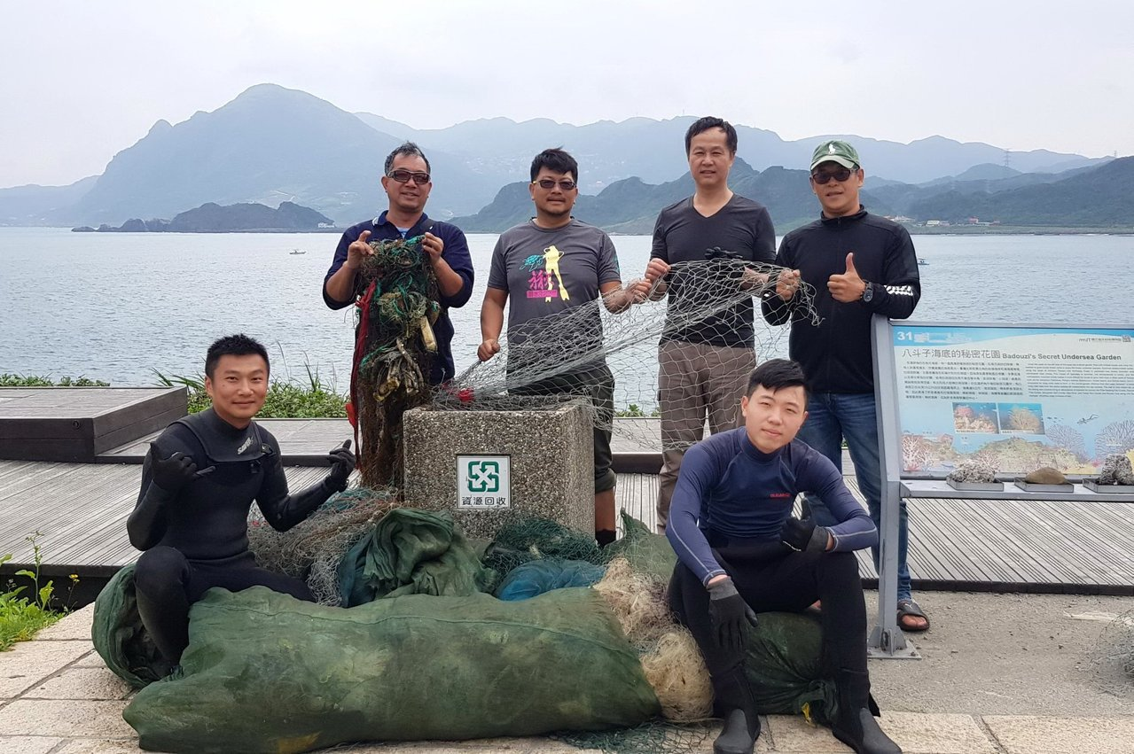 京太郎說,他無法接受海龜生活的地方同時有漁網存在,才會急著號召潛友下海清漁網。圖...
