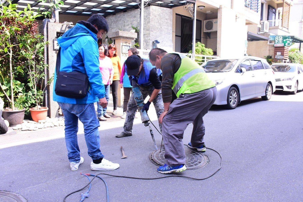 花蓮市公所與縣府日前到國民八街一帶會勘排水設施。圖/花蓮市公所提供