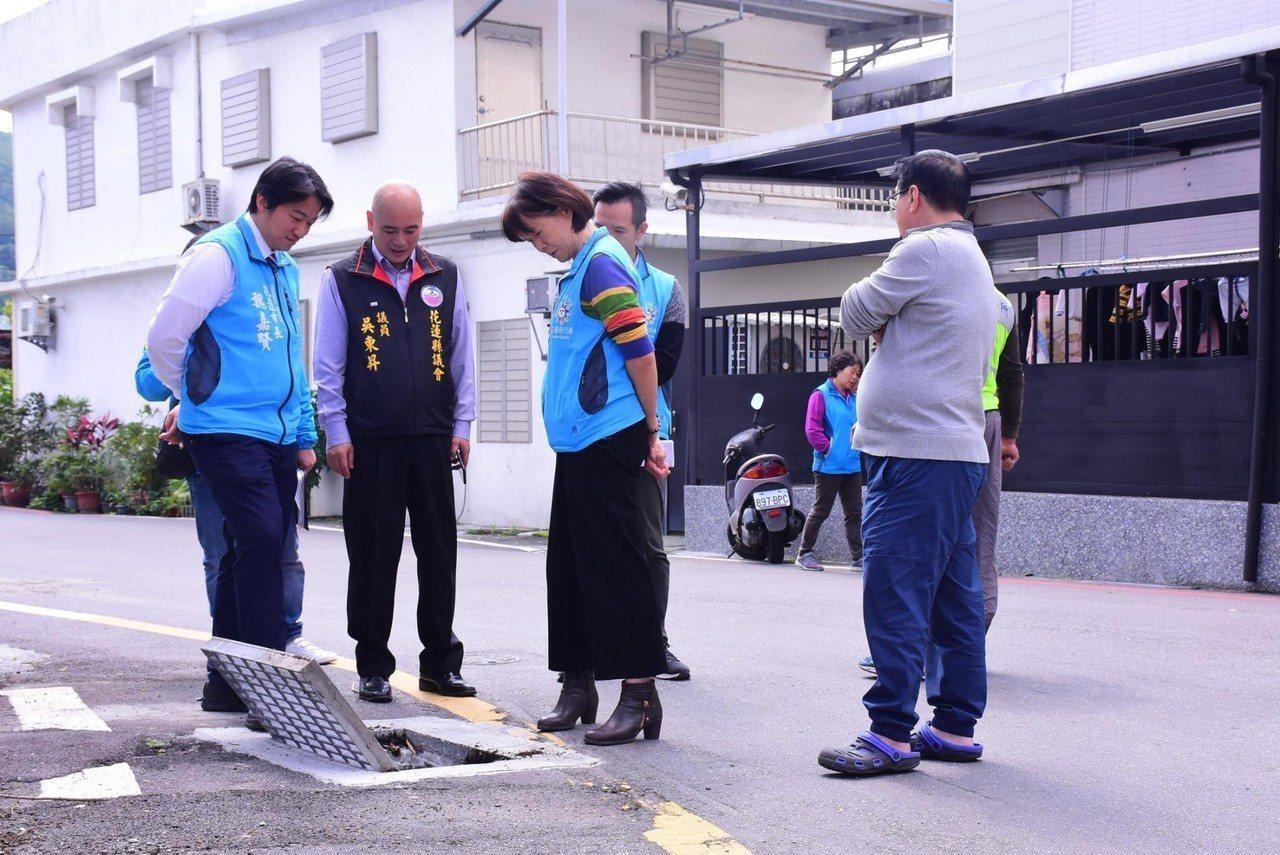 花蓮市長魏嘉賢(左)、縣議員吳東昇(左2)等人日前到國民八街一帶會勘排水設施。圖...