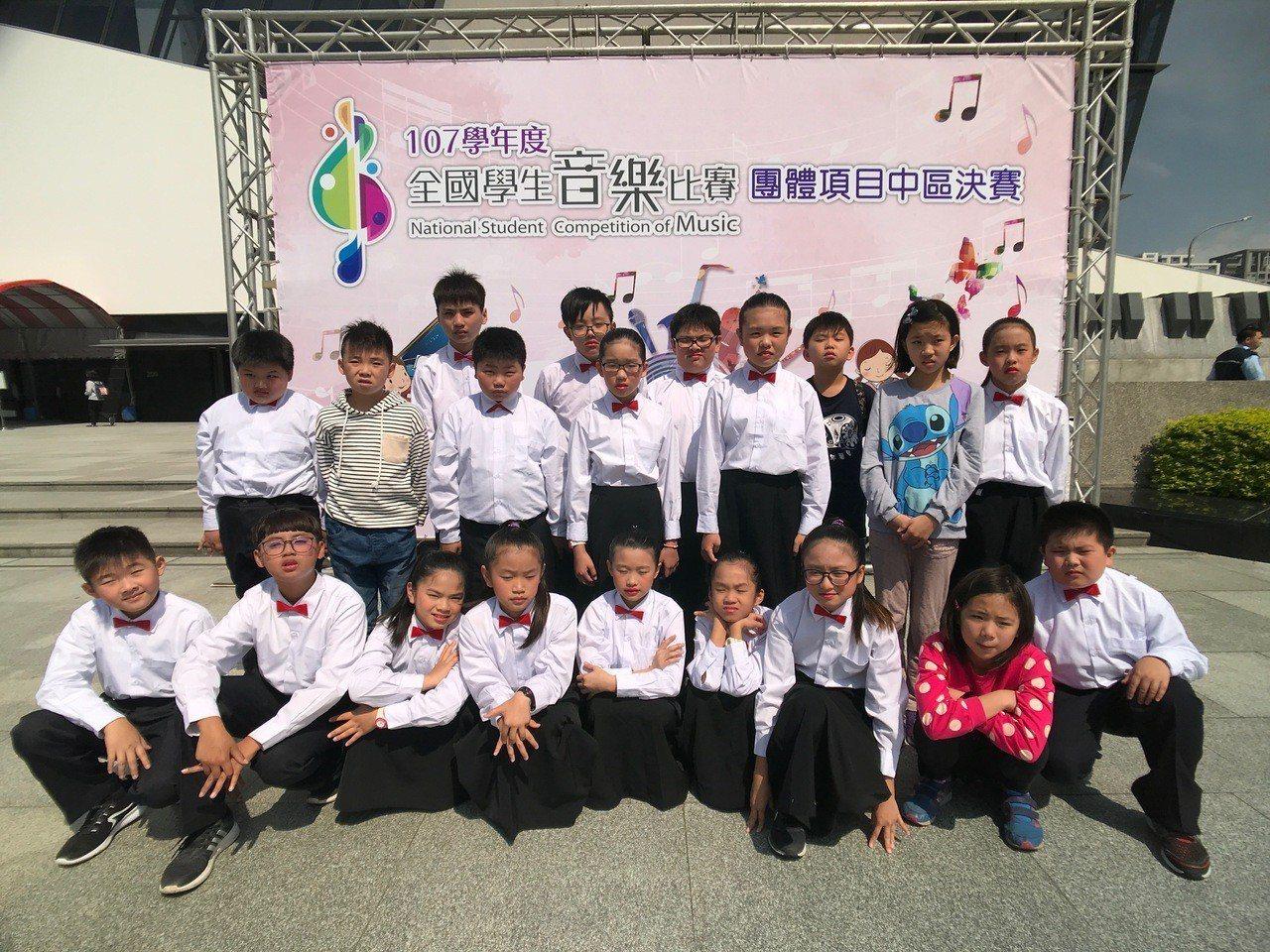 台西新興國小學生用破舊的樂器,勤練有成,拿下縣國樂賽冠軍,並在全國賽獲優等獎,殊...