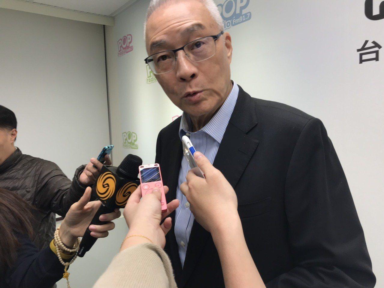 國民黨主席吳敦義今天除了接受廣播節目專訪,更親自電話錄音,向金門縣的黨員催票,全...