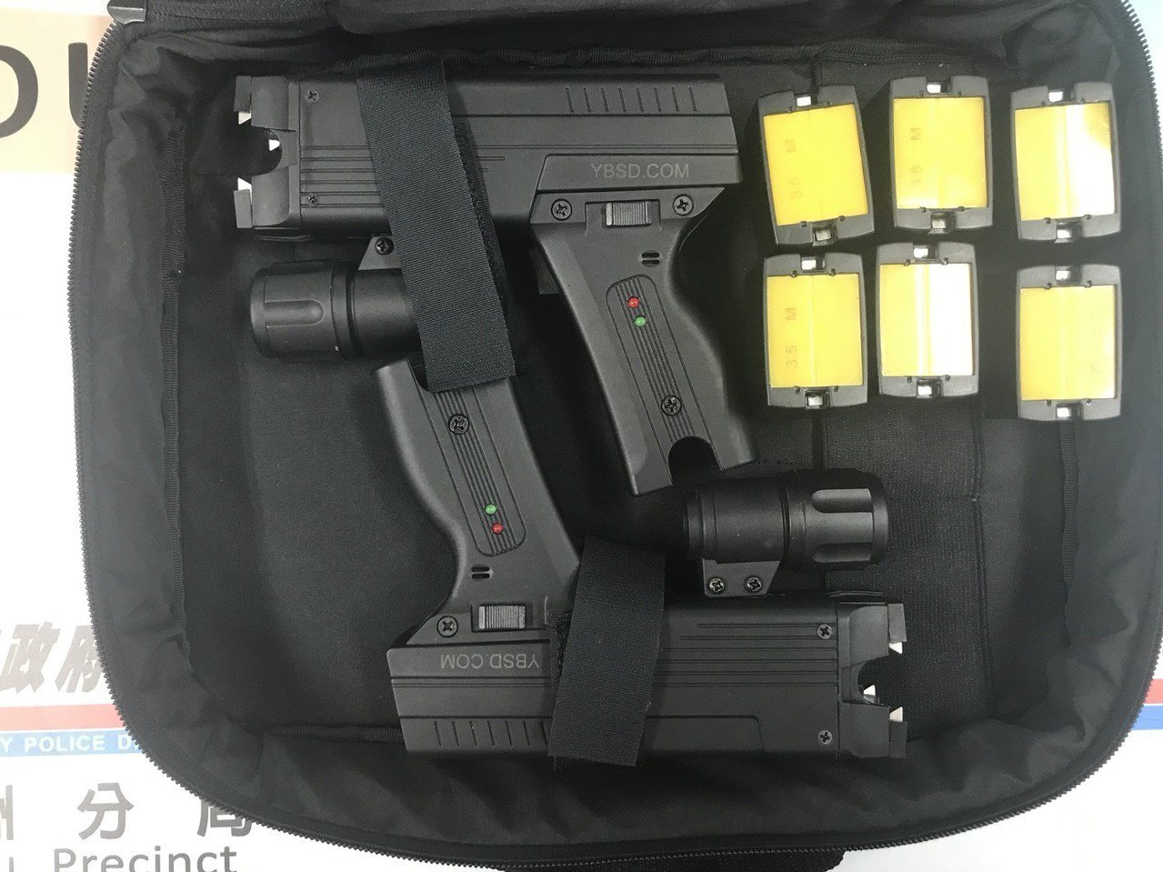 威力強大的電擊槍也是這個暴力討債集團的凶器。記者林昭彰/翻攝