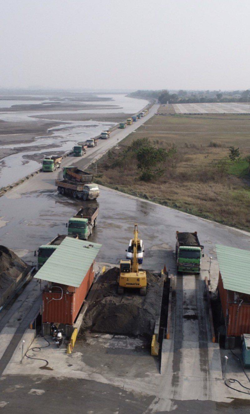 為加強南部砂石供應,南水局加強進行高屏堰疏濬工程。圖 /南水局提供