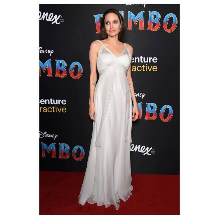 安潔莉娜裘莉也出席首映力挺《小飛象》,她選穿愛牌Versace的高級訂製服現身。...
