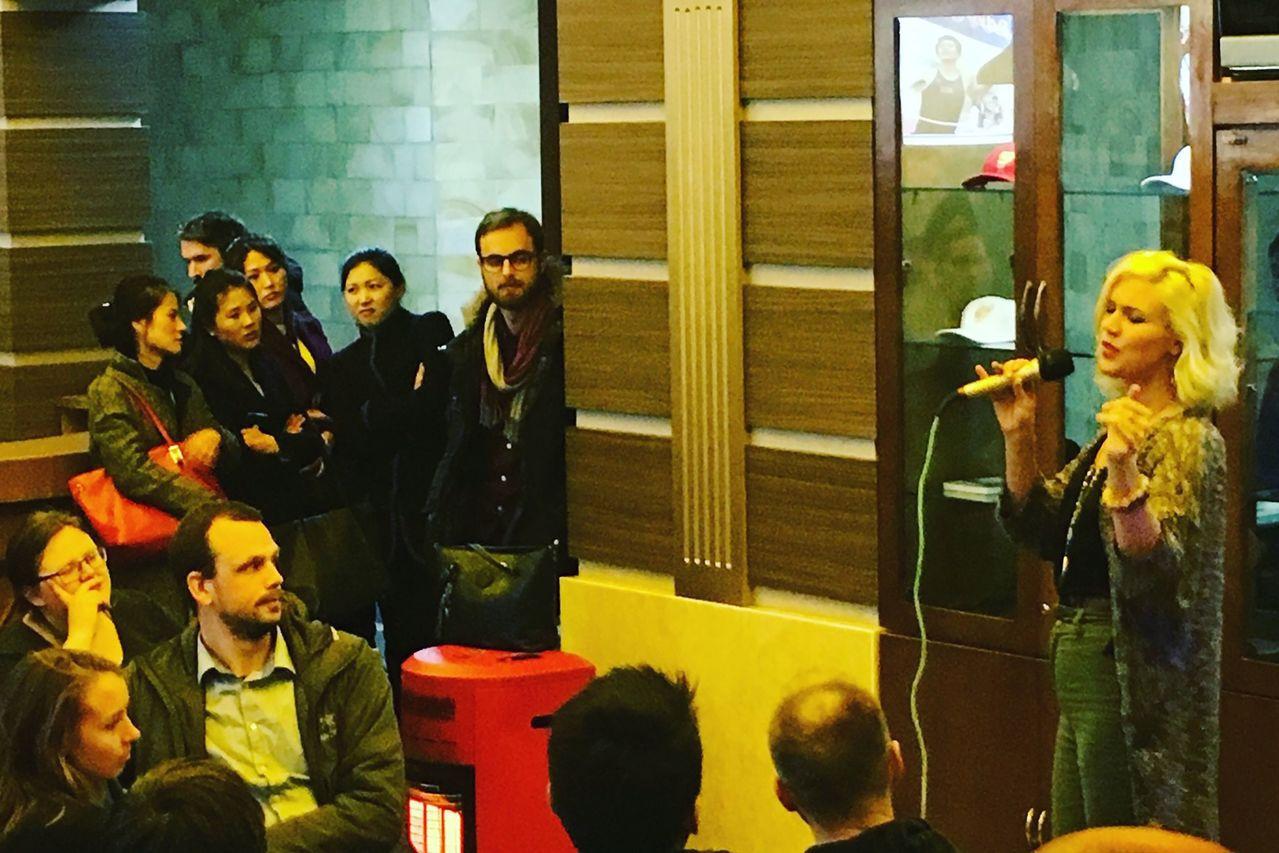 喬絲史東在平壤PUB開唱,神情很投入。法新社