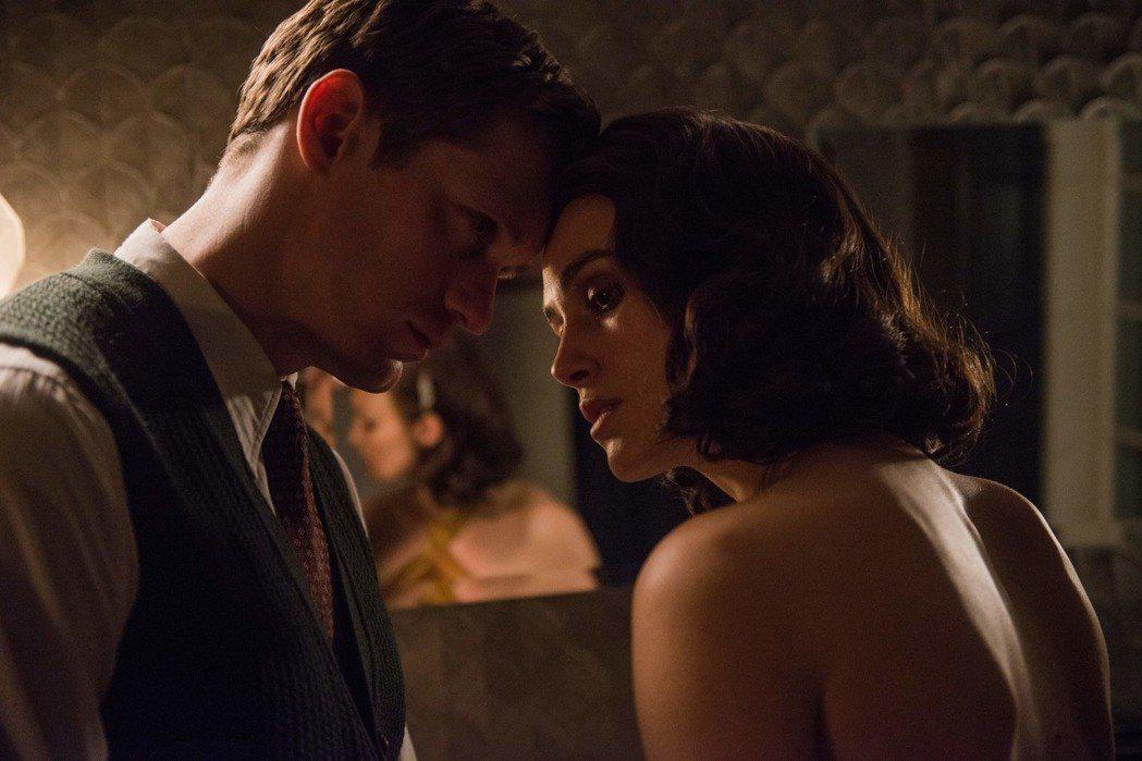 綺拉奈特莉(右)在主演情慾浪漫電影「情,敵」有極大犧牲的裸戲。圖/福斯提供