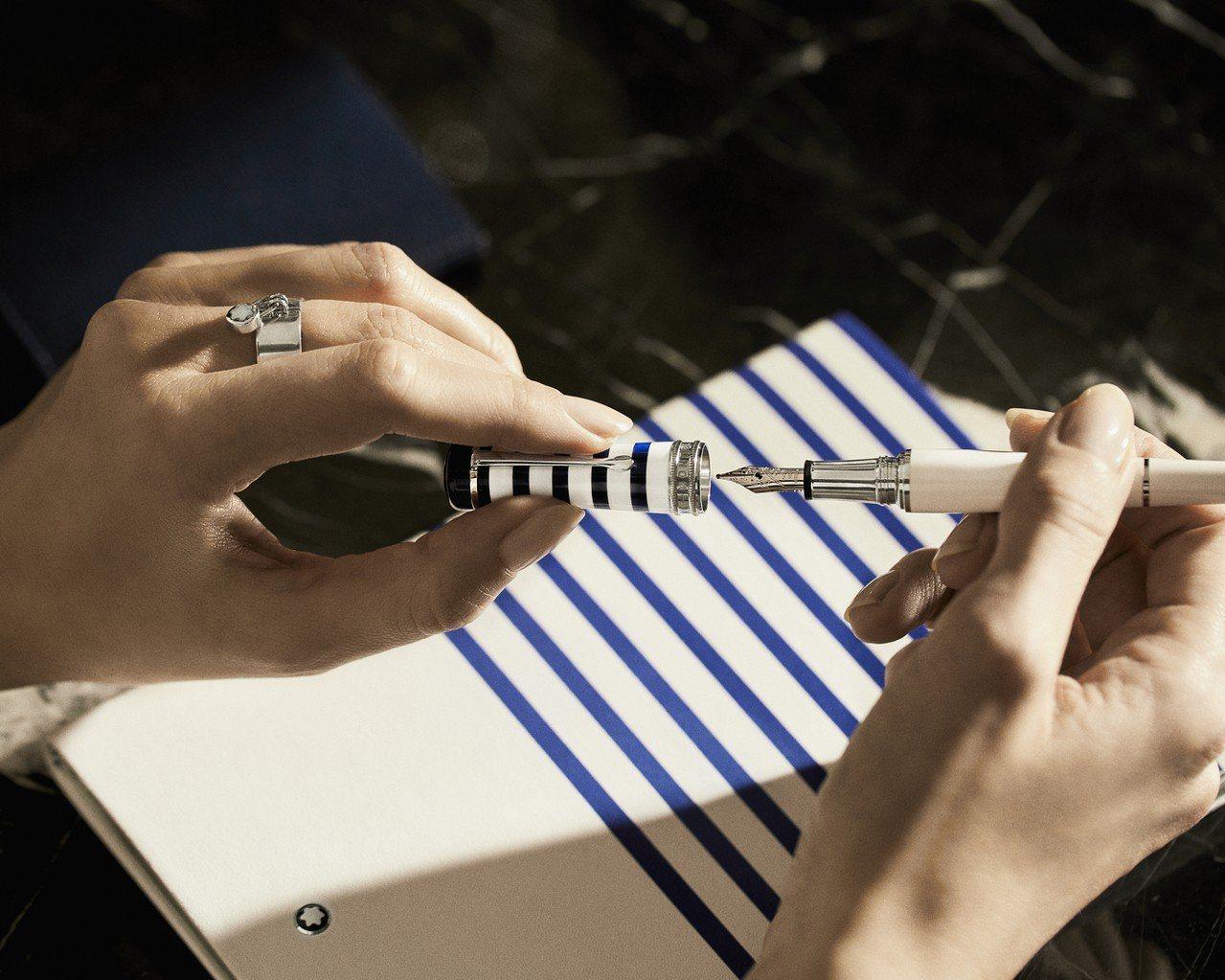 萬寶龍幸運系列蔚藍週末書寫工具,穿上最經典的藍白條紋衫,象徵無拘無束的週末時光。...