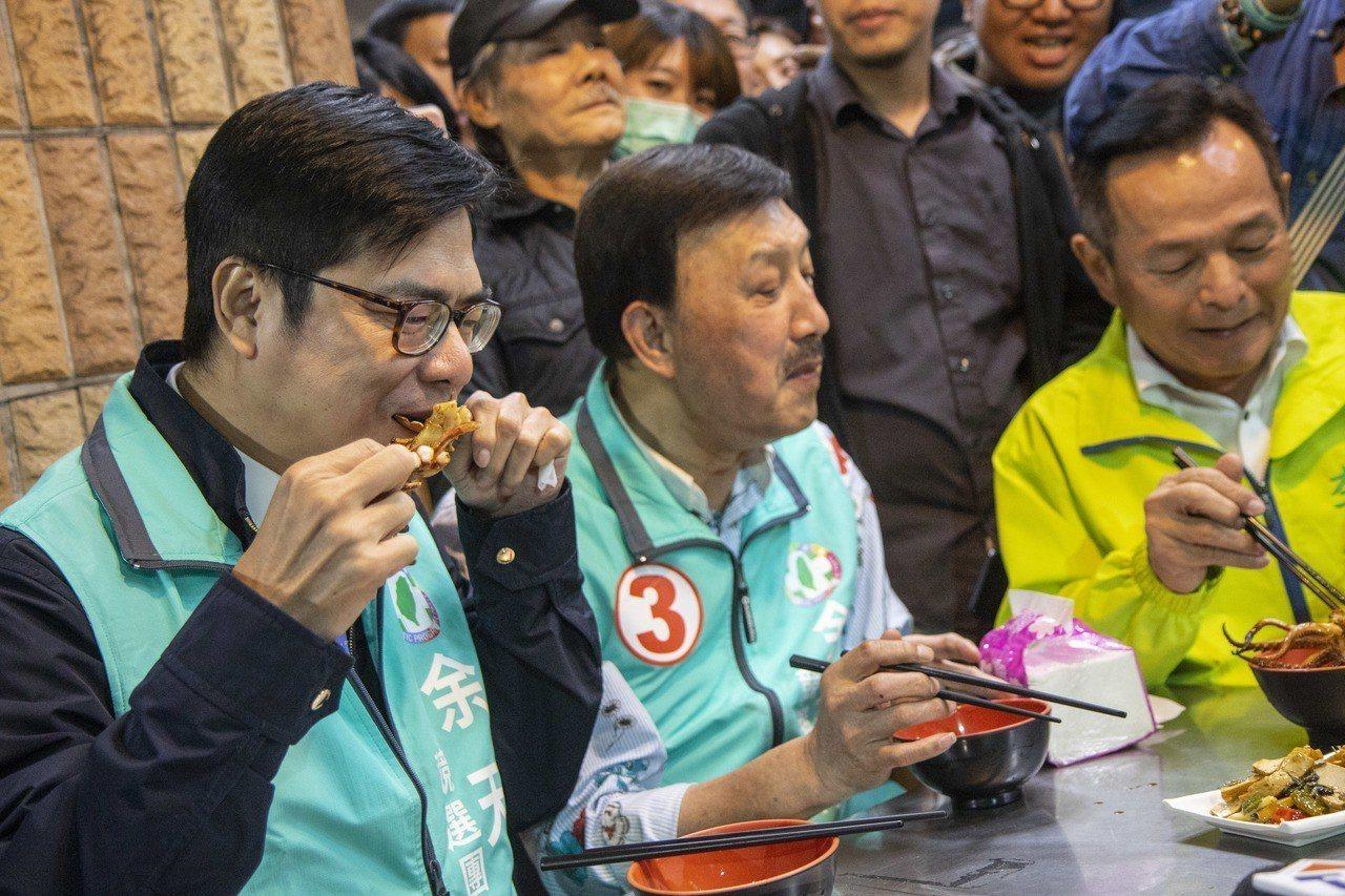陳其邁(左起)與余天今在選擇在夜市入口發面紙、口罩,並且享用夜市美食。記者王敏旭...