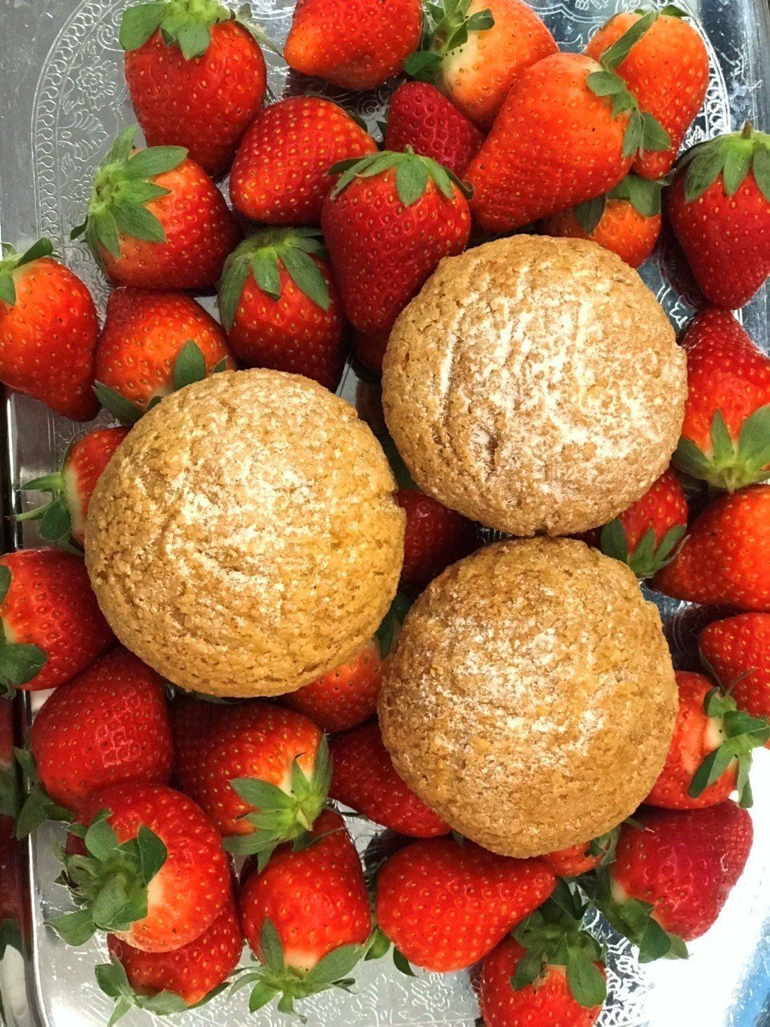 草莓泡芙享買三送一優惠。圖/業者提供