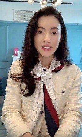 張柏芝身穿Maje春夏白色毛呢短版外套在小紅書社群上分享生活。圖/Maje提供