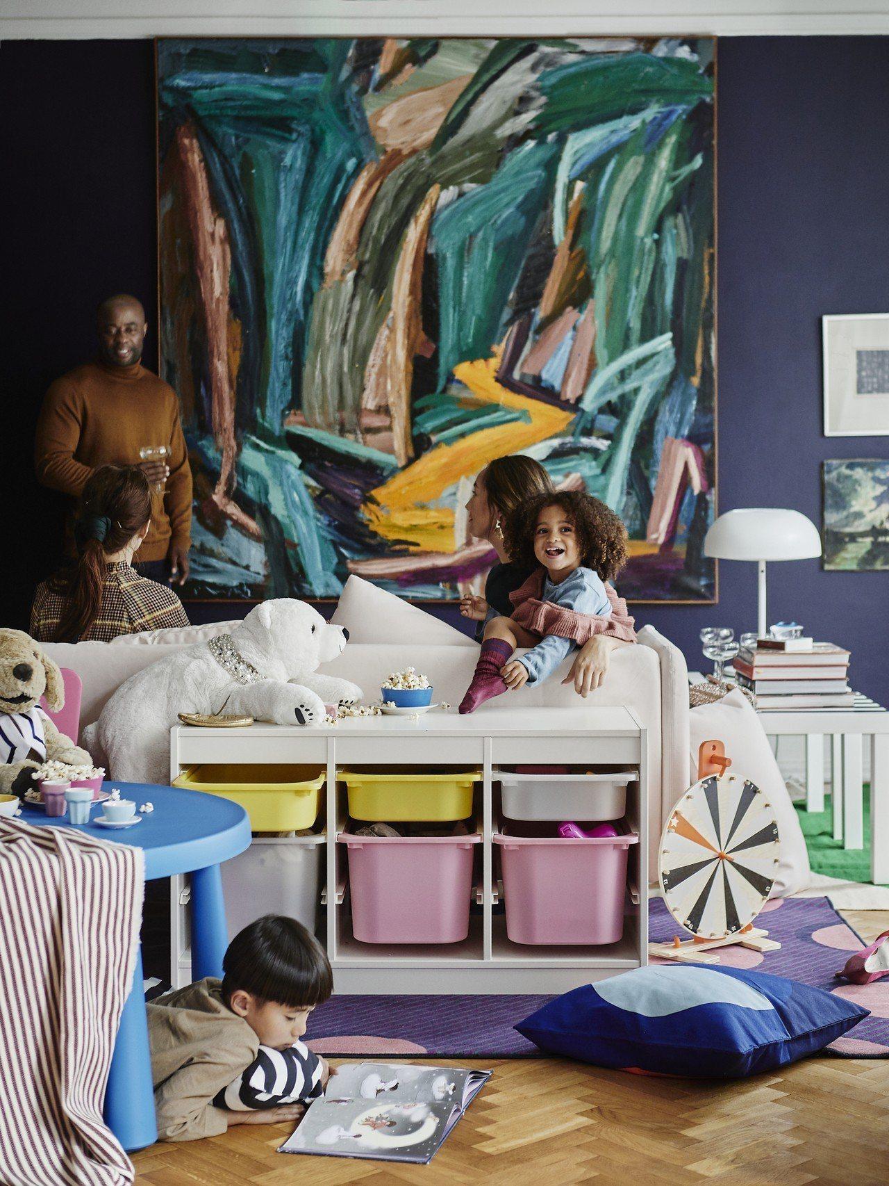 兒童玩具可使用IKEA TROFAST收納組合,堅固的木質櫃框搭配輕巧鮮豔的塑膠...