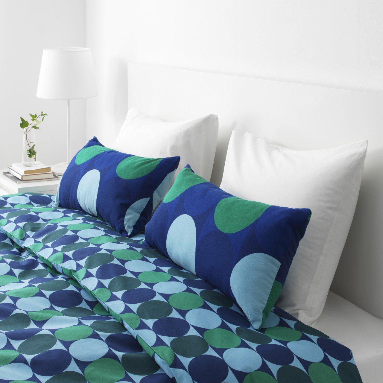 具復古圓點圖案的KROKUSLILJA靠枕,舒適又能增添臥室的清爽視覺。圖/IK...