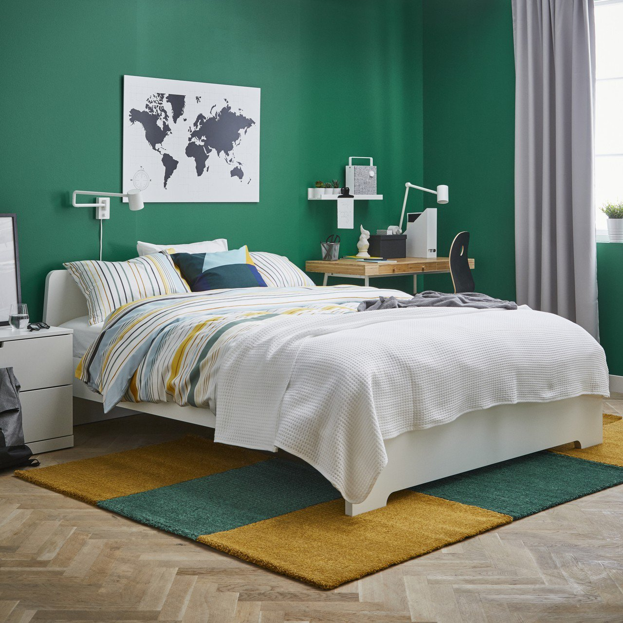 LANGSTED短毛地毯有不同顏色和尺寸可拼裝,避免噪音干擾睡眠,也能成為風格配...